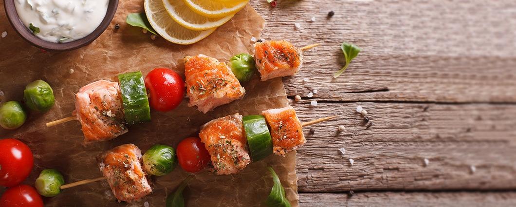 Grilované špízy s lososom a zeleninou