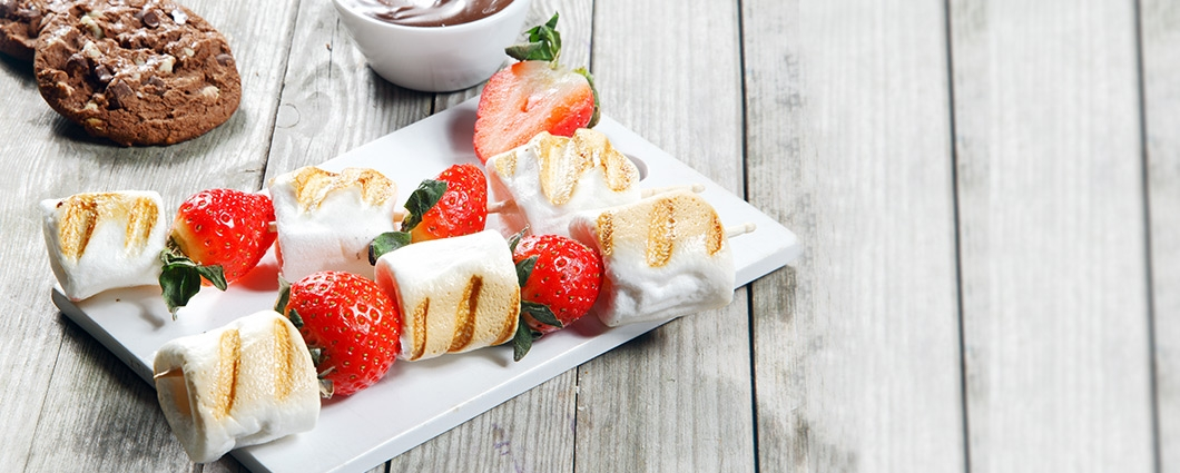 Grilované špízy marshmallows s ovocím