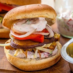 Vege burger ztempehu so zeleninou a hubami