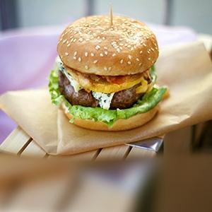 Jesenný burger s hruškou a nivou